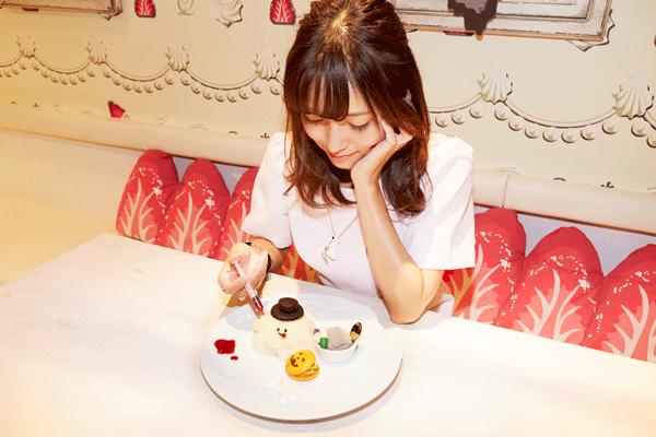 ケーキにソースをかけている写真