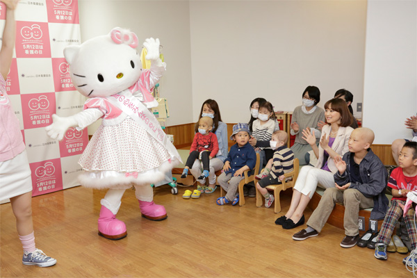 蛯原英里さん、看護の日PR大使に就任。ハローキティと小児病棟を訪問 看護師専用Webマガジン【ステキナース研究所】