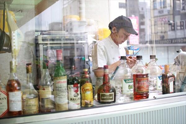 果実園目黒本店では、その場でフレッシュなフルーツを処理。プロの手でいちばんおいしい切り方に