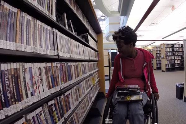 下半身麻痺の看護師、車椅子で働く