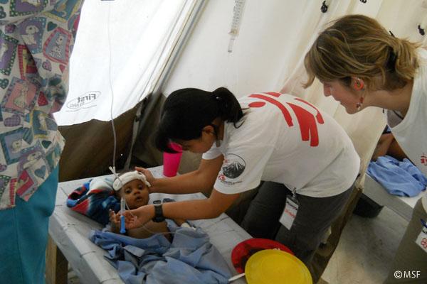 テント病院内で子どもの患者をケア