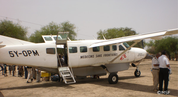 患者が運ばれてくる飛行機