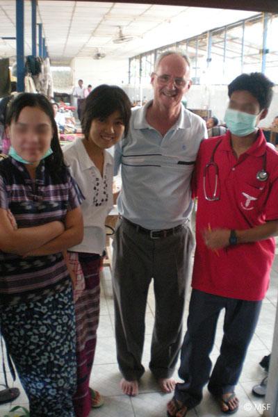 タイ無料診療所現地スタッフと、スタッフに英語を教えるアメリカ人神父