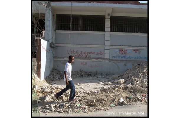 地震発生後半年を経ても、ポルトープランスの街には壊れた建物が残る