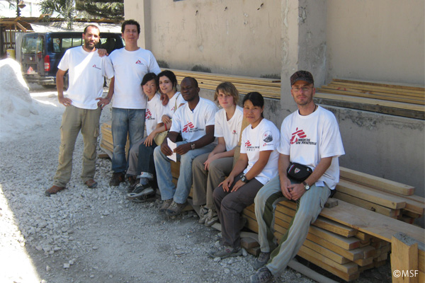 海外派遣スタッフのチーム(筆者右から2人目)