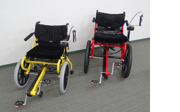 製品名は「プロファンド」(写真1)。手で車輪を回して動かす従来の車いすとは異なり、足でペダルをこいで動かす。