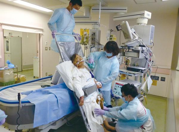 写真1 全身熱傷受傷後の患者に対するICUでのリハビリの様子