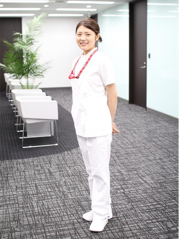 都内総合病院ICUに勤める樋口遥華さん(21)のナース服スタイル