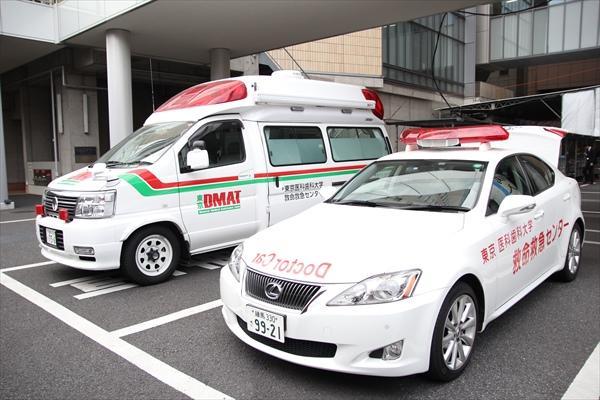 手前がドクターカー、奥はDMAT用救急車