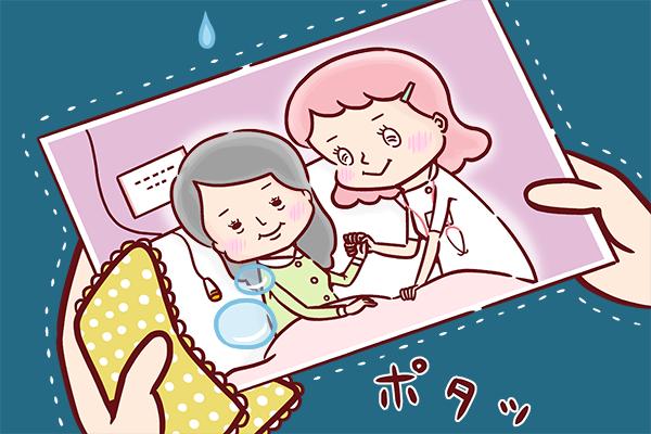意識不明の患者の娘さんから患者さんとの思い出の写真とハンカチを受け取り、涙をおとす看護師のイラスト。