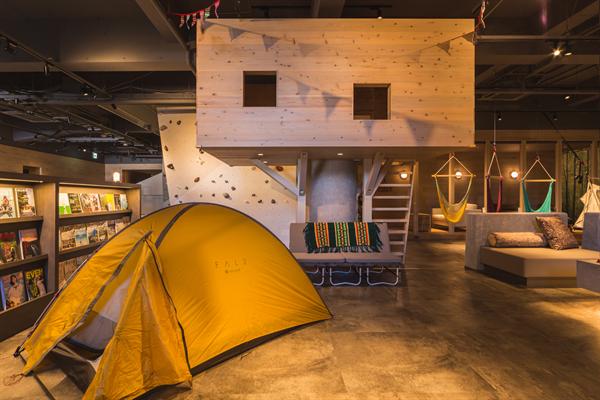 施設内の写真。テントとツリーハウス。