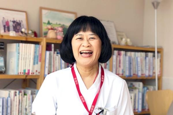 満面の笑みで「いま一番看護が楽しい」と語る武見さんの写真