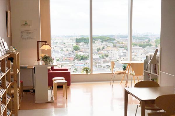 川崎市立井田病院7階にある「ほっとサロンいだ」の風景