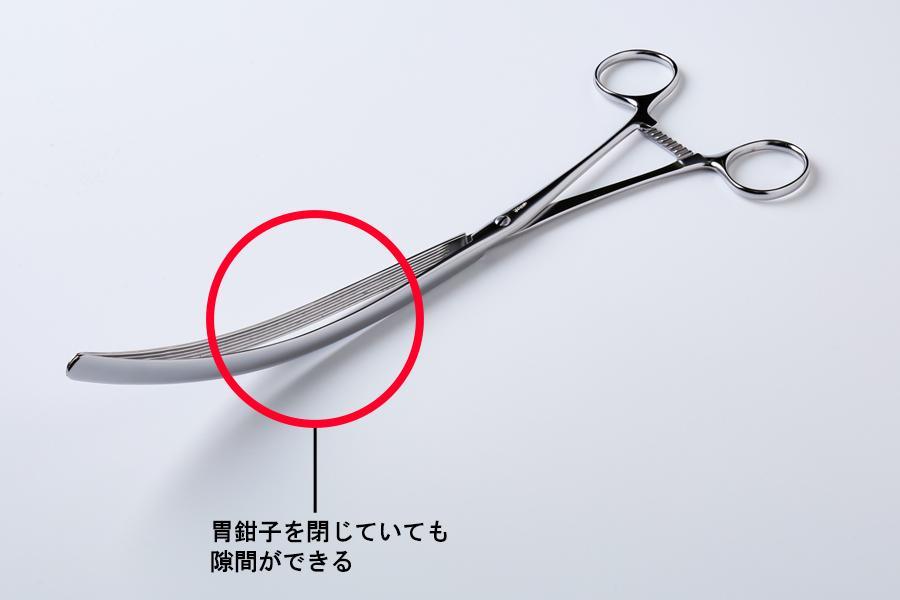 把持部を閉じた状態の胃鉗子