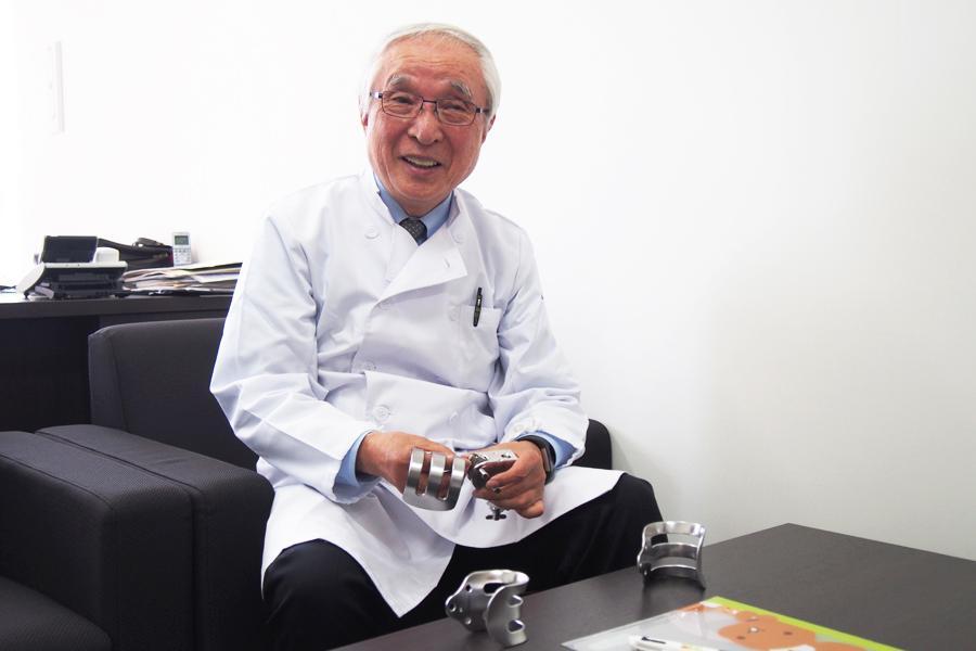 ケント鈎を手に開発秘話をお話しする高崎医師