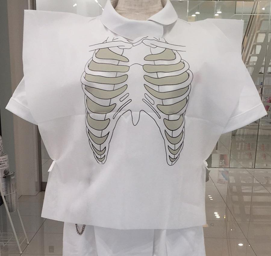骨格がプリントされている練習用聴診ベスト