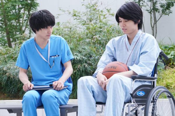 医師の新堂が水頭症の患者と会話をしているシーンの写真