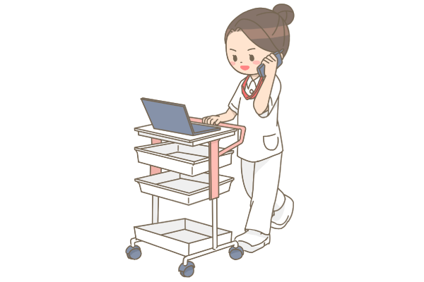 院内PHSで仕事をしながら話す看護師