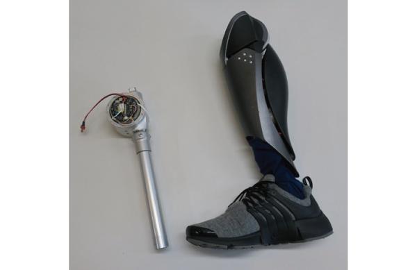 乙武氏が使用したロボット義足「SHOEBILL –ototake model」(右)と搭載されているモーター(左)