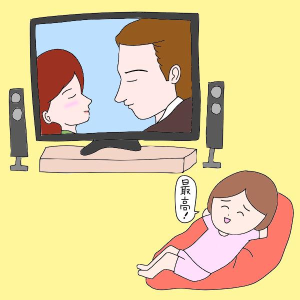 大画面テレビを堪能する看護師