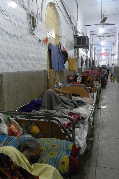 国立病院で、廊下で入院を待つ人たち