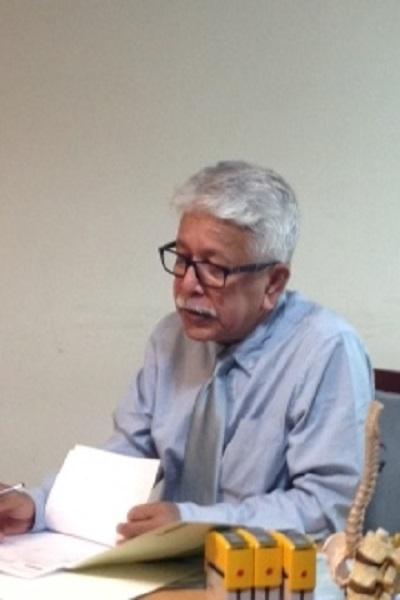 患者さんに治療法を説明するDr. Rabbi。長崎弁がすてきなんです(笑)