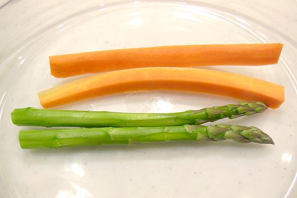 アスパラガスと人参を耐熱皿に並べて、ラップをふんわりかぶせ500Wレンジで2分(600Wレンジで1分40秒)加熱