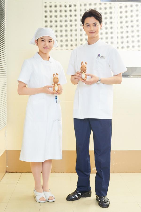 ドラマ『透明なゆりかご』に出演する清原果耶さんと瀬戸康史さんとかんごるーの全身ショットの写真。