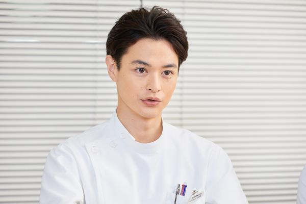 初めての医師役を演じるにあたり、印象に残ったシーンを話す瀬戸康史さんの写真。