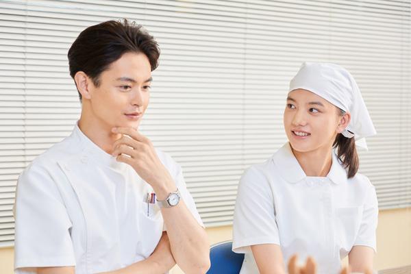 笑顔で撮影シーンの思い出を語る瀬戸さんと清原さんの写真。
